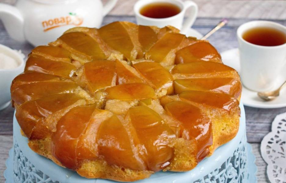 Переверните яблочный пирог на блюдо. Приятного чаепития!