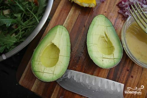 Далее нарезаем яблоко мелкими кубика, обливаем оставшимся лимонным соком (чтоб яблоко не потемнело), режем авокадо и измельчаем лук. Все ингредиенты добавляем в салатницу.