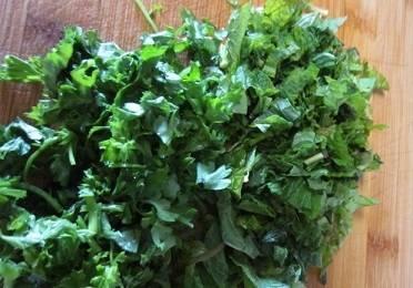 Зелень обсушиваем путём встряхивания, удаляем нижние грубые части стеблей, а оставшиеся листочки мелко режем. Рукколу можно оставить без изменений.