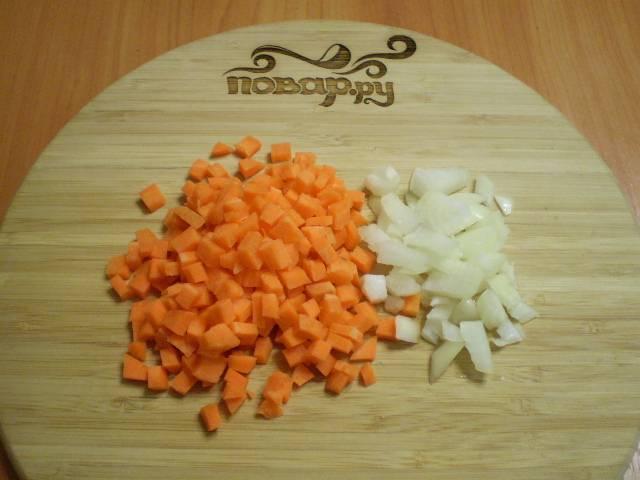 Порежьте кубиками лук и морковь.