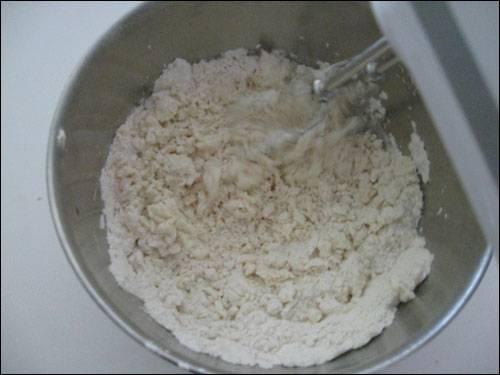 2. Далее всыпаем муку и ванильный сахар, продолжая помешивать. Комков не должно быть.