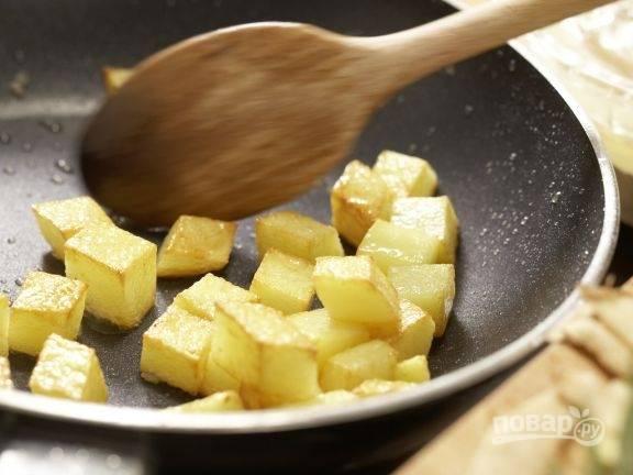 Обжарьте картофель до хрустящей корочки в масле.