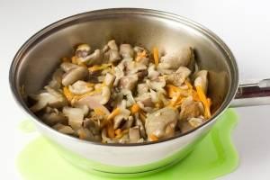 Мелко нарезаем сваренные маслята, лук и морковь. Сперва на подсолнечном масле обжариваем лук и морковь, затем добавляем маслята и жарим еще 10 минут под крышкой.