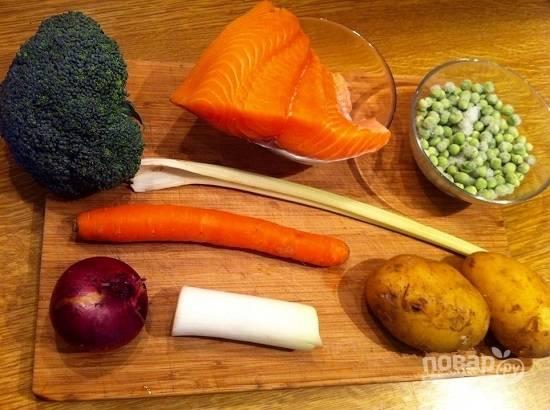 Вот практически все ингредиенты для супа. Горошек можно взять замороженный, можно заменить его спаржевой фасолью.