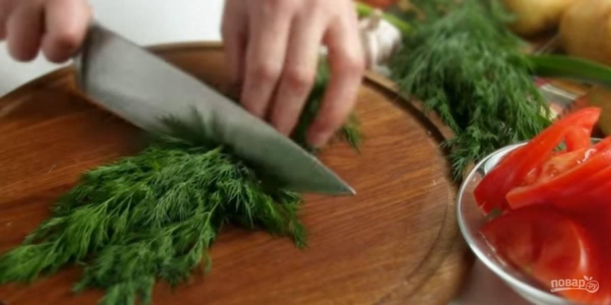 1. Помидоры и репчатый лук нарежьте полукольцами. Укроп и молодой чеснок порубите ножом, смешайте, добавьте растительное масло и соль по вкусу.