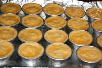 Смажьте тарталетки яйцом и выпекайте в духовке 25 минут при 190 градусах.