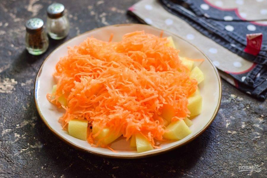 Очистите морковь, вымойте и просушите. Натрите морковь на мелкой терке.