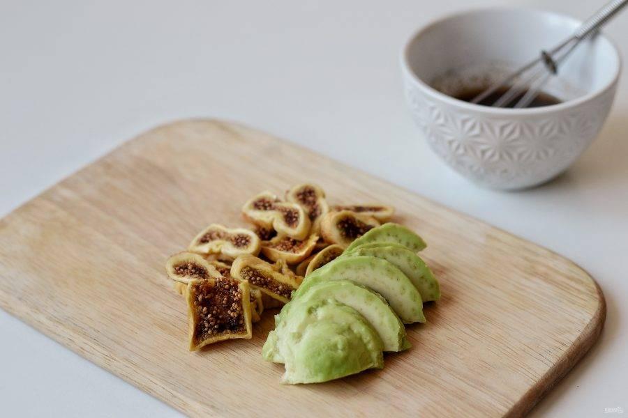 Авокадо очистите от кожуры, удалите косточку и нарежьте ломтиками. Инжир нарежьте дольками.