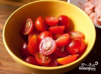 Возьмите помидоры, помойте, вырежьте места крепления плодоножек, порежьте на 2 части (на 4, если они крупные).