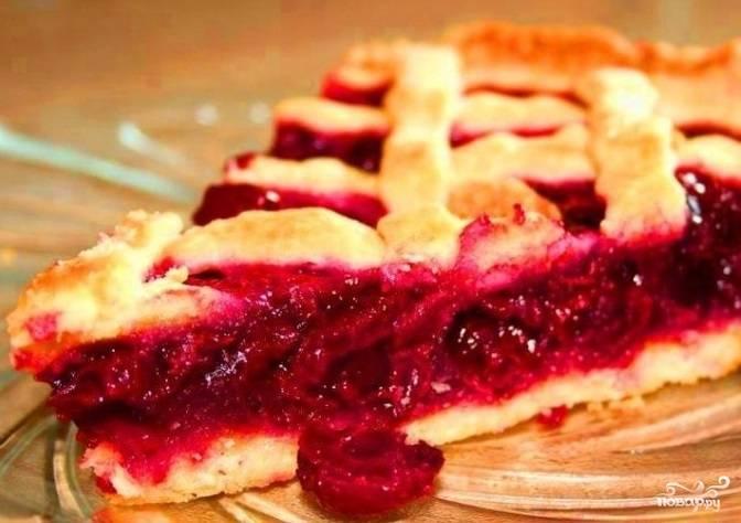 Запекайте пирог в разогретой до 180 градусов духовке в течение 45 минут. Подавайте его к столу теплым. Приятной дегустации!