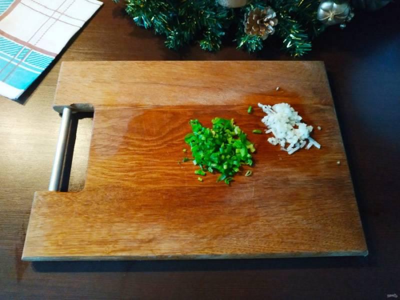 Перья зеленого лучка промойте и мелко нашинкуйте. Такие же операции проделайте с долькой имбиря. Если любите поострее, можно добавить ломти имбиря побольше. Разделите лук и имбирь на две части: одна в соус и одна в фарш.