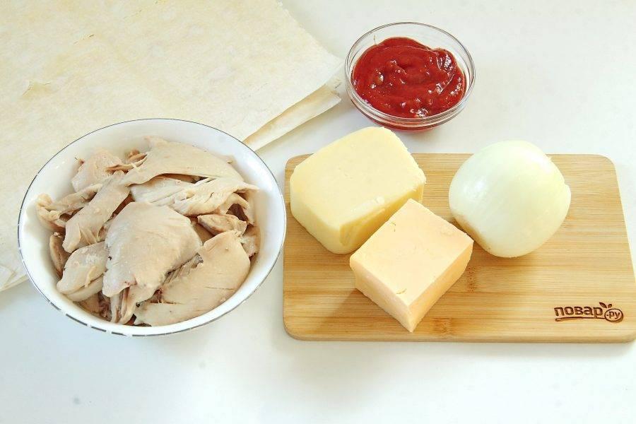 Подготовьте все ингредиенты. Курицу заранее отварите в подсоленной воде и отделите мясо от костей.