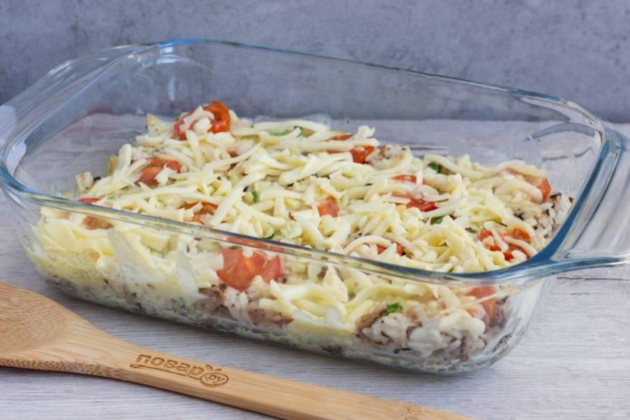 Затем посыпьте запеканку оставшимся сыром и поставьте в духовку ещё на 7-10 минут.
