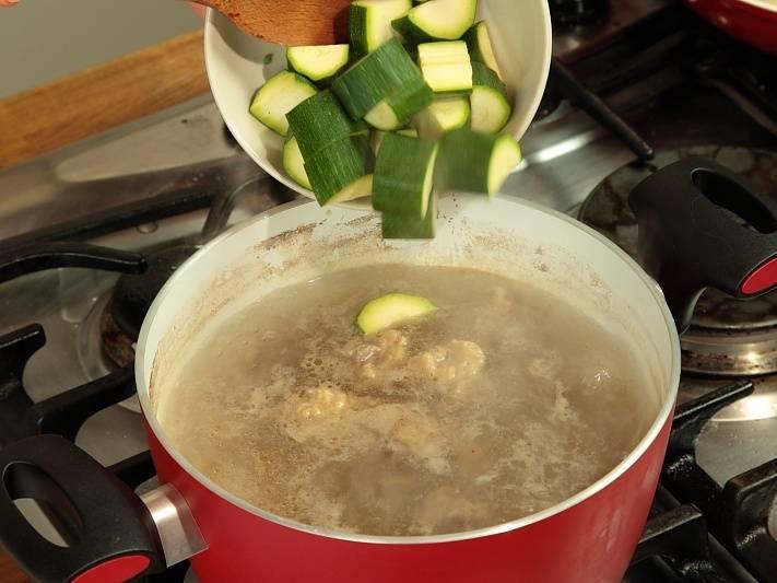 Добавить воду, варить 10 минут. Добавить кабачки и соль. Варить на слабом огне.
