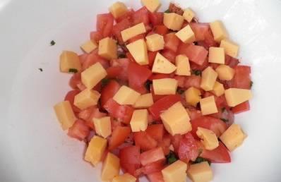 Твердый сыр режем кубиками и добавляем в тарелку.