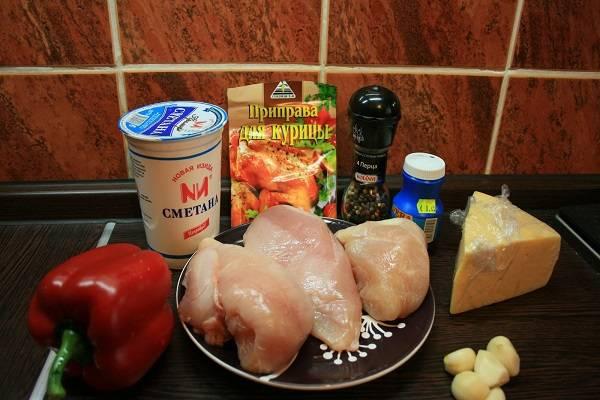 1. Вот такой несложный список ингредиентов, необходимых, чтобы приготовить куриные грудки в сметанном соусе в домашних условиях.