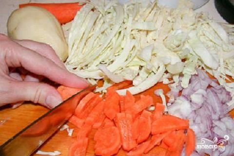 1.Заранее надо промыть грибы. Обычно из замачивают на всю ночь. Все овощи вымыть и почистить. Свеклу нарезать соломкой, морковь так же как свеклу, тоже нарезать соломкой. Картофель нарезать небольшими кубиками. Лук порезать полукольцами. А капусту нарезать небольшими ломтиками.