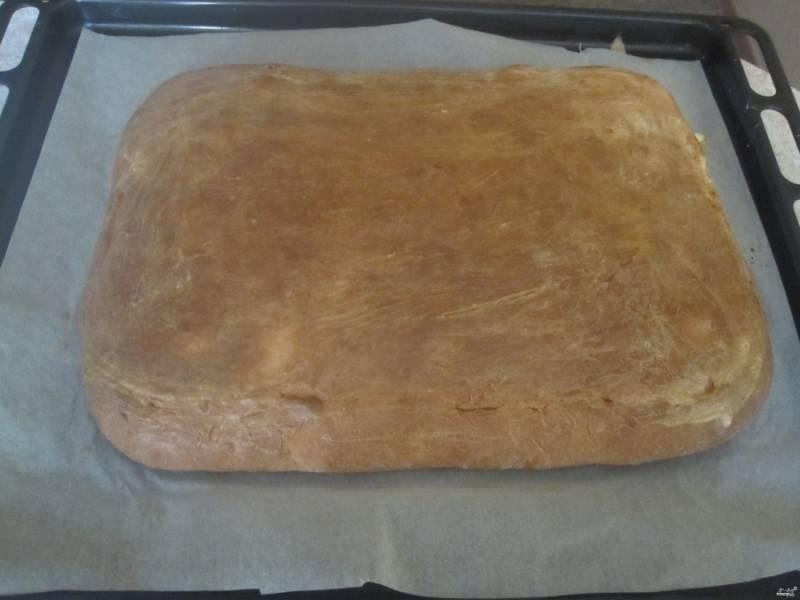 7. Запекаем при температуре 180 градусов около 30 минут. Затем даем пирогу остыть, а уже после его можно нарезать.