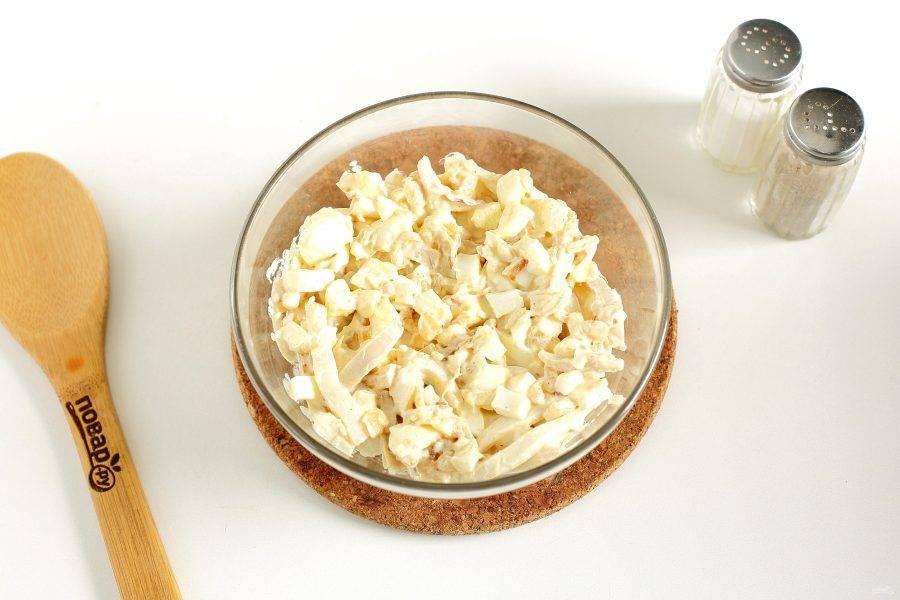 Заправьте салат майонезом, посолите и поперчите по вкусу. Салат с кальмаром и яйцом готов.