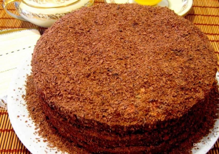 11.Черный шоколад натрите на терке, посыпьте им торт и настаивайте его 4-5 часов в холодильнике.