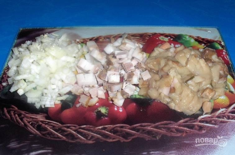 Мелко нарезаем очищенный репчатый лук, сало и грибы.