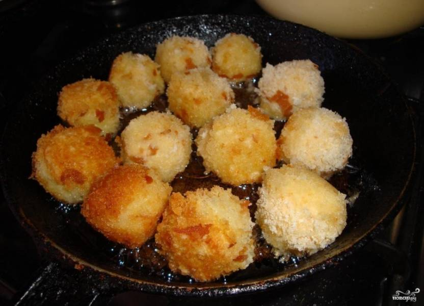 В чистую сковородку налейте растительное масло без запаха. Раскалите ее на среднем огне, выкладывайте в сковородку шарики партиями. Обжаривайте их со всех сторон до появления золотистой корочки.
