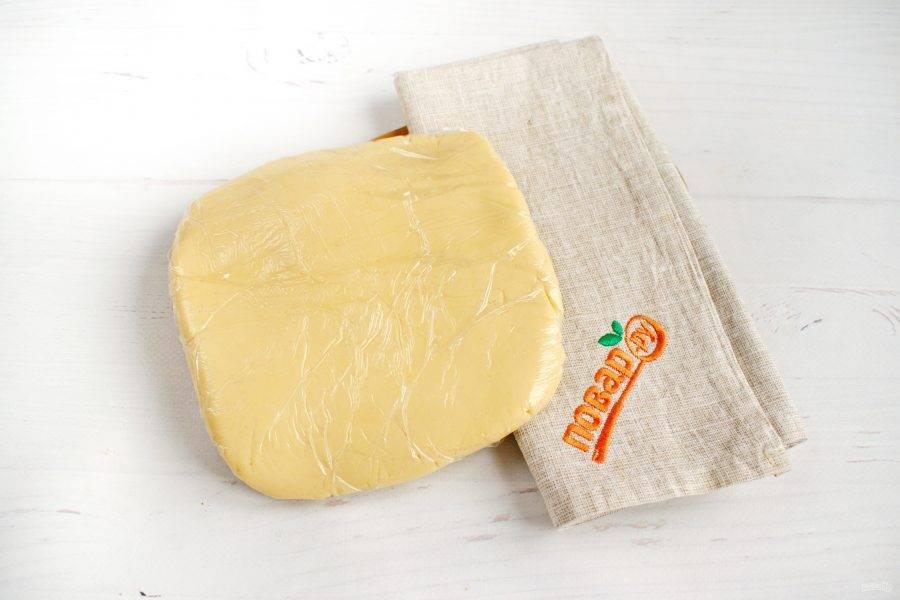 Добавьте просеянную муку и щепотку соли, замесите мягкое тесто. Заверните его в пищевую пленку и оставьте в холодильник на 20 минут.