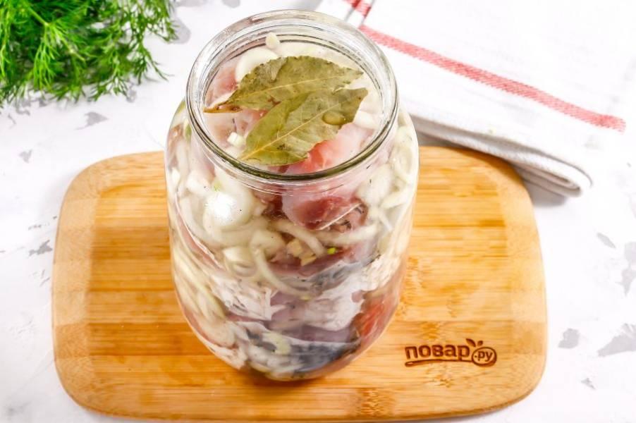 Залейте маринадом рыбу в банке и закройте емкость крышкой. Потрусите банку, чтобы содержимое перемешалось. Поместите в холодильник на 1-2 дня. По желанию добавьте пару лавровых листьев.