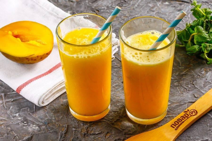 Разлейте манговый фреш в бокалы, стаканы или чашки. Подайте к столу сразу же после приготовления украсив трубочками.
