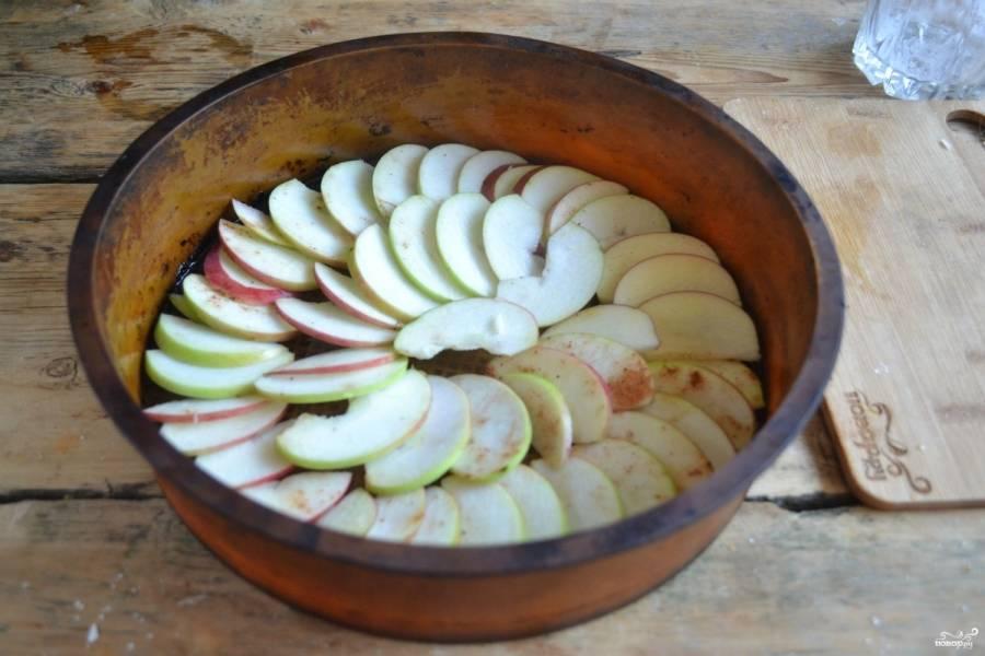 Форму для запекания смажьте сливочным маслом или маргарином, на дно выложите яблоки, как показано на фото.