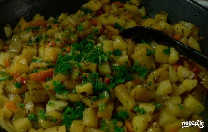 2. Дальше добавим кабачок, зелень, лук и сахар с солью, обжарим, а затем на маленьком огне протушим 40 минут. Брюква и морковка должны быть очень мягкими. За 5 минут до конца готовки добавим уксус и перемешаем.