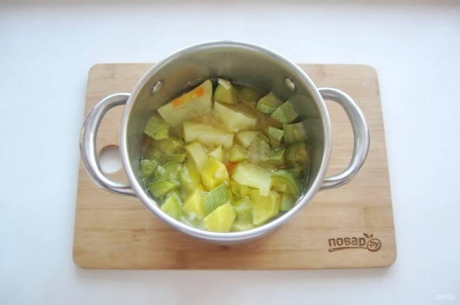 Варите овощи до мягкости.