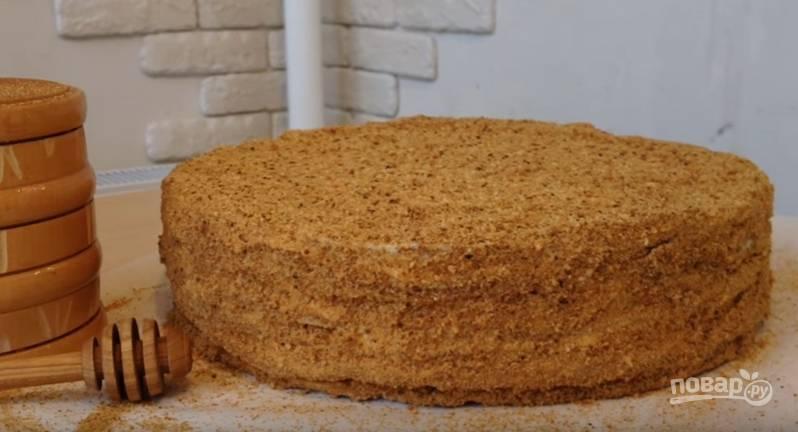 15.Промазываете кремом стороны и верхушку, присыпаете все приготовленной крошкой и отправляете торт на несколько часов в холодильник. Приятного аппетита!