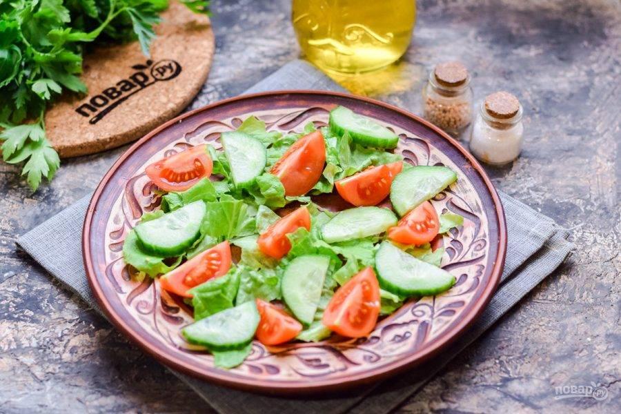 Свежий огурец ополосните и нарежьте дольками, выложите в салат.