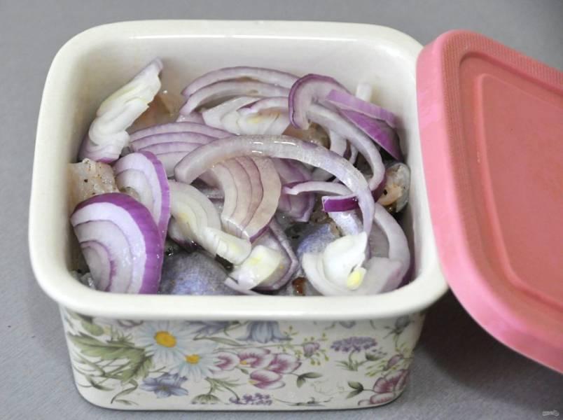 Выложите рыбу в контейнер или в стеклянную банку слоями, чередуя слой рыбы и лук. Полейте растительным маслом и уберите в прохладное место на сутки.