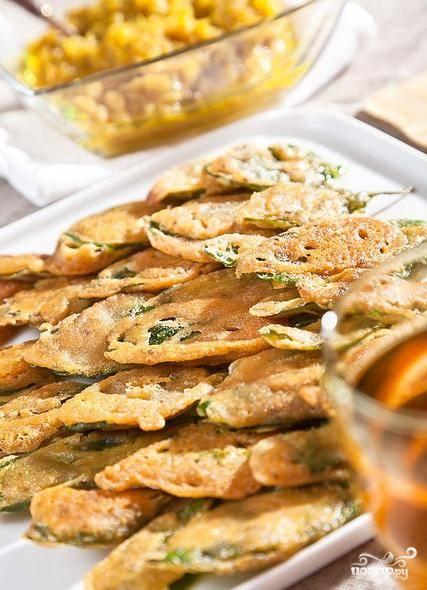 Шпинат в кляре нужно подавать сразу после приготовления вместе с соусом чатни. Приятного аппетита!
