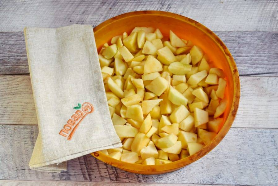 Яблоки очистите, удалите семенную коробочку, нарежьте небольшими ломтиками. Выложите в силиконовую форму для запекания (диаметр - 24 см)