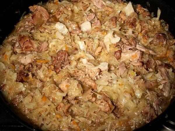 Обжаренной мясо, сало и колбасу также кладем на сковородку, добавляем нарезанные кубиками помидоры, ягоды можжевельника, специи и соль по вкусу. Перемешиваем все и доводим жидкость до кипения, затем накрываем сковороду крышкой и ставим ее на 3 часа в разогретую до 150 градусов духовку. Периодически бигус следует помешивать и при необходимости доливать в сковороду воду.