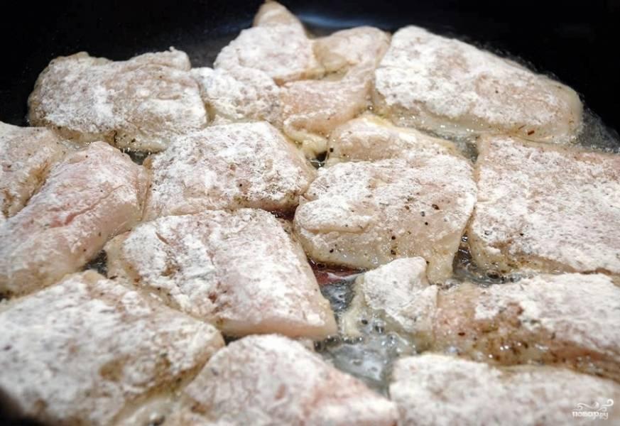 Также удалите кожицу у рыбы. Порежьте филе на порционные куски, обваляйте их в муке хорошенько. Жарьте на разогретой сковороде в небольшом количестве масла.