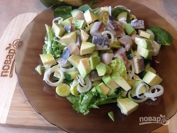6. Поливаем салат заправкой, и через пару-тройку минут можно приступать к трапезе.