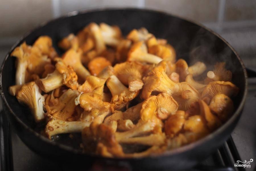 Сковородку разогреть. Налить в нее оливковое масло, добавить карри и кориандр. Специи обжарить и затем добавить лисички.