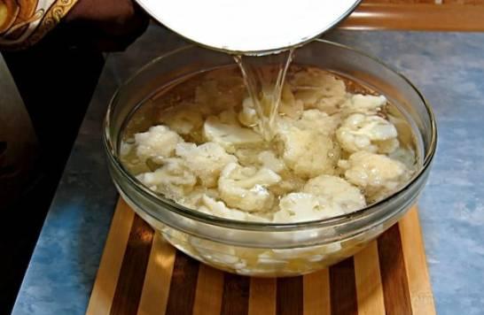 Сваренную капусту залейте маринадом. Дождитесь пока все остынет.