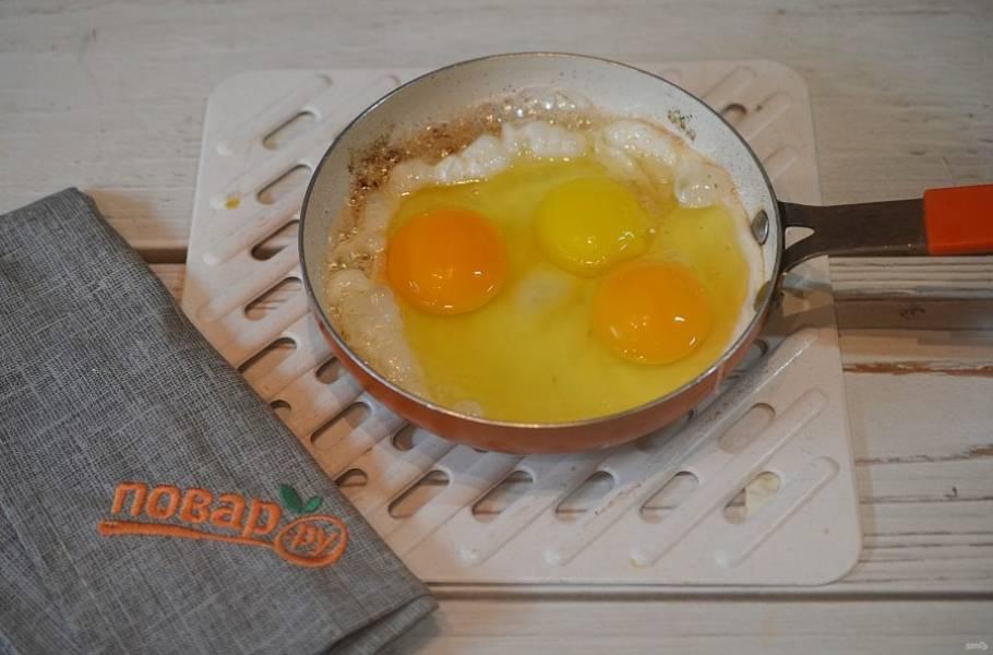 2. В этой же сковороде оставьте столовую ложку жира и вбейте яйца. Посолите и готовьте до желаемой готовности яиц.