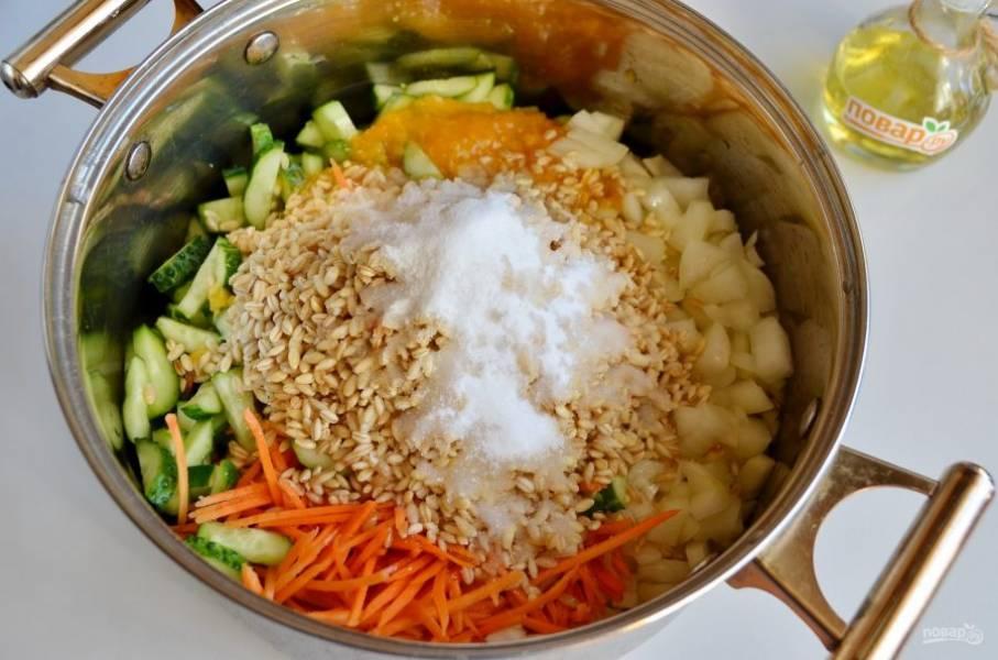 7. В кастрюле соедините все ингредиенты, кроме уксуса. Перемешайте и варите 40 минут с момента закипания под крышкой. Перемешивайте периодически.