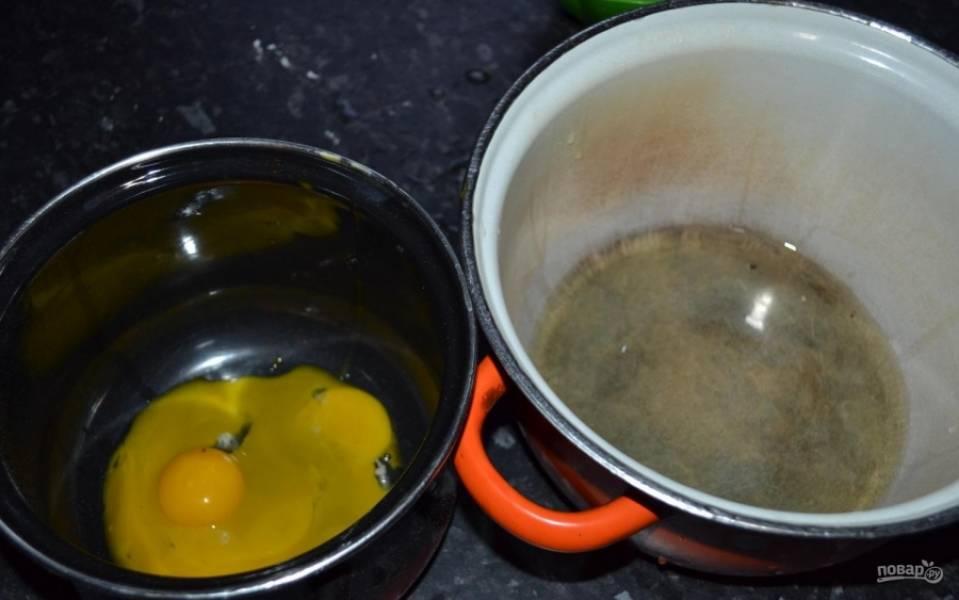 2.Яйца предварительно отправил в холодильник, чтобы они были охлажденными, затем отделяю белки от желтков.