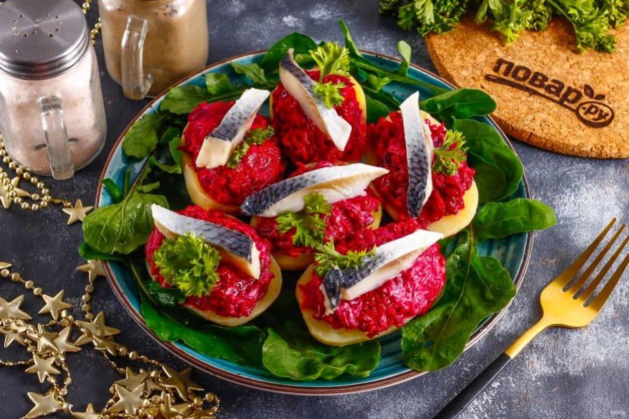 Украсьте блюдо свежей зеленью и подайте к столу охлажденным.