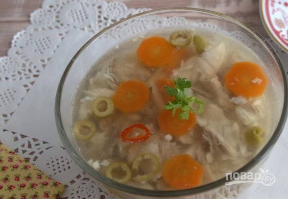 Залейте овощи с рыбкой бульоном и отправьте в холод на 3-4 часа до полного застывания. Приятного аппетита!