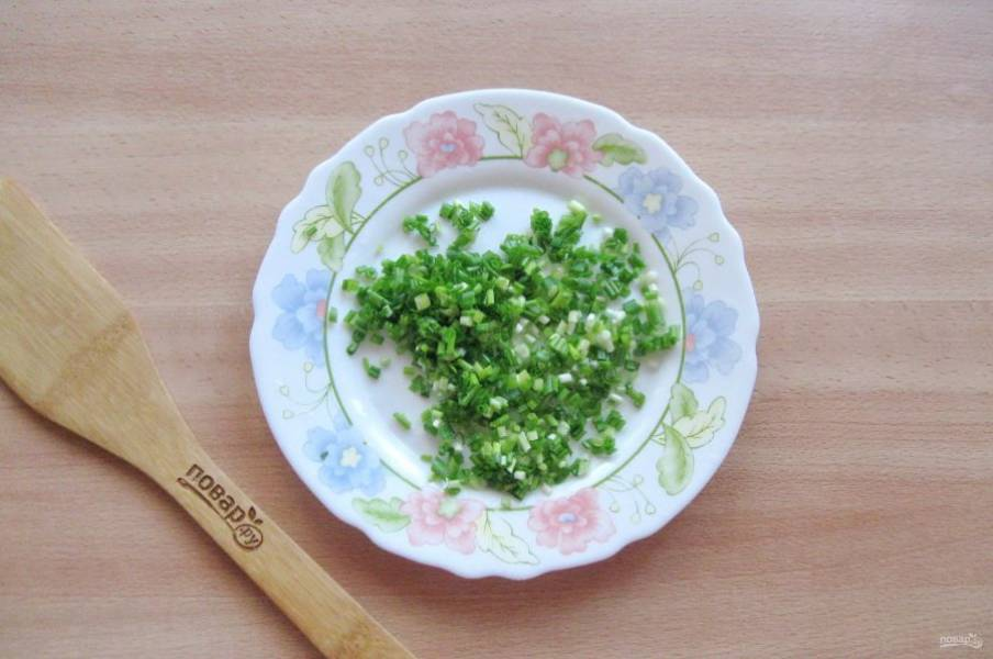 Зеленый лук помойте и мелко нарежьте.