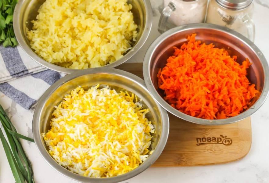 Очистите отваренные корнеплоды и куриные яйца от кожуры, тщательно промойте в воде. Натрите каждый продукт на терке с мелкими ячейками в отдельные емкости. В каждую из них добавьте соль и майонез любой жирности выбранного вами вкуса. Аккуратно перемешайте.