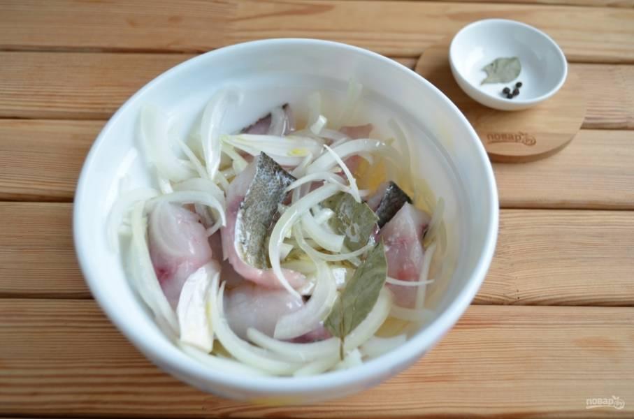 Сложите рыбу, лук, соль и специи в тару для смешивания. Перемешайте. Залейте уксусом с водой и маслом. Снова перемешайте хорошо.